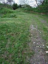 20140515ラベンダー畑へと向かう急な坂道の様子