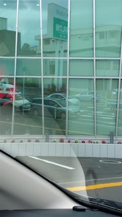 20160614ガラスの建物に写る愛車