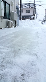 20170211お店横駐車場の雪寄せ後の様子昼過ぎ