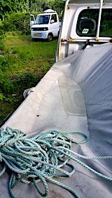 20170610荷台の幌に溜まった雨水