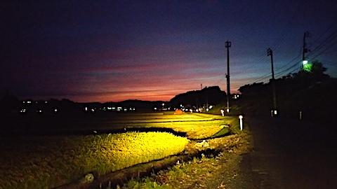 20170916山からの帰り道の様子田んぼと夕焼け空1