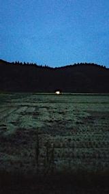 20170927山からの帰り道の様子ライトをつけ稲刈り