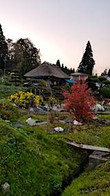 20171107茅葺き屋根の民家の風景秋1