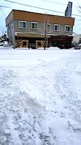 20180217お店横駐車場と歩道の雪寄せ途中の様子朝