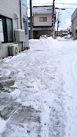 20180217お店横駐車場と歩道の雪寄せ後の様子朝1
