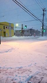 20180218向かい駐車場の雪寄せ途中の様子朝猛吹雪1