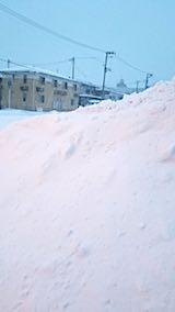 20180218向かい駐車場の雪寄せ途中の様子朝猛吹雪2