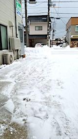 20180218お店横駐車場と歩道の雪寄せ後の様子朝