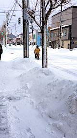 20180218凍った道路を単車が走る