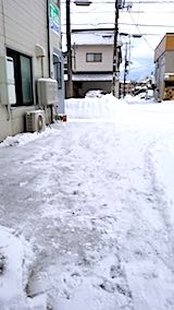 20180219お店横駐車場と歩道の雪寄せ後の様子朝1