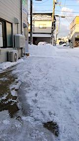 20180220お店横駐車場と歩道の雪寄せ後の様子朝1