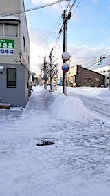 20180220お店横駐車場と歩道の雪寄せ後の様子朝2