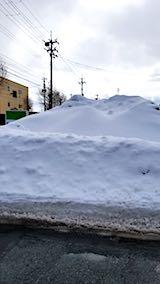 20180220外の様子駐車場に除雪された雪の山