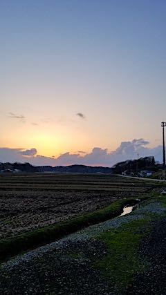 20180408山からの帰り道の様子夕焼け空2