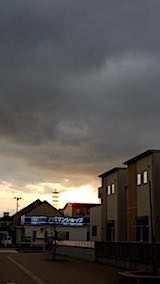 20180413近くの公園へ向かう途中の様子真っ黒な雲と夕日