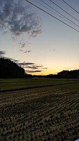 20181015山からの帰り道で望んだ田んぼと夕焼け空