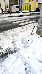 20181214外の様子昼過ぎ向かいの駐車場入り口の雪寄せ