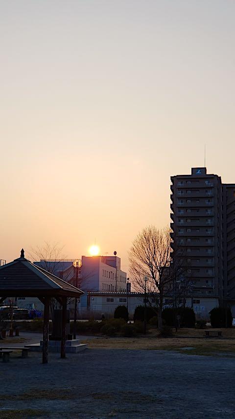 20190305速歩途中の公園内から望んだ夕焼け空と夕日