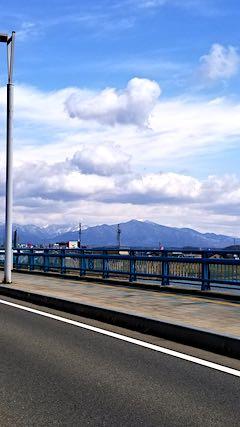 20190316外の様子昼前秋田大橋から望む太平山