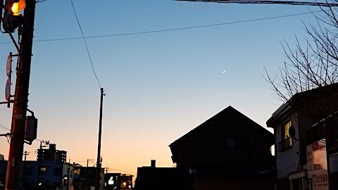 20190407外の様子夕方夕焼けと三日月さま1