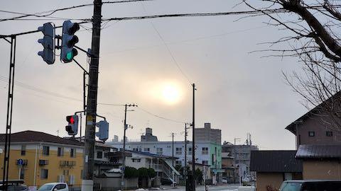 20200219外の様子夕方雪が降る中夕日がボンヤリと1