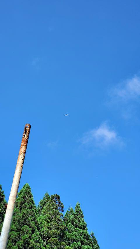 20200713山の様子真っ青な空に飛行機が