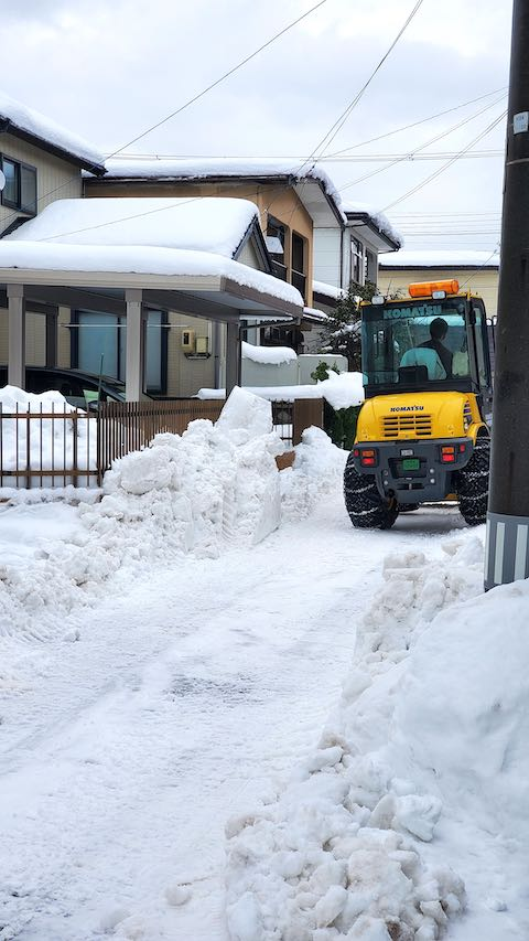 20210113外の様子昼前ホイルローダによる小路の除雪作業2