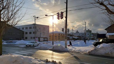 20210113外の様子昼過ぎ東大通りと夕日3