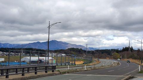 20210405外の様子昼前施設出入り口から太平山を望む